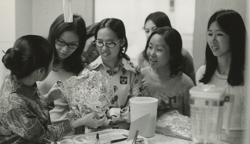 Vietnamese immigrants attend a cooking class in 1975.